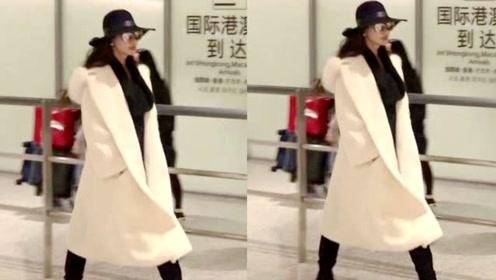 林志玲穿白色风衣戴宽檐帽 走路带风气场十足