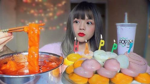 小姐姐自己过生日,超辣年糕搭配糯米糕,生日蛋糕让人意外!