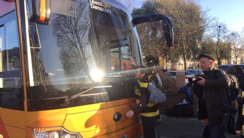 环保人士把自己粘在巴士上,然而巴士是电动的……