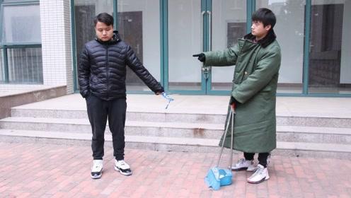 小伙相亲路上乱扔垃圾,看不起清洁工,见到相亲对象却被直接拒绝