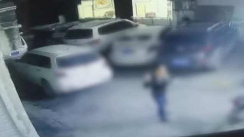 男子驾无牌车冲卡被抓拒不承认,查看监控秒打脸