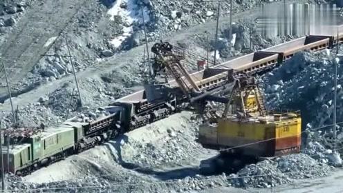 实拍采石场,几铲子就装满一车皮,这工作效率真是够快的!