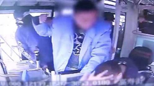 没1元零钱乘客帮付,男子还一拳打向公交司机