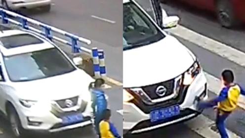 监拍:重庆一司机斑马线前抢行撞倒母子 儿子现场脚踹轿车护母