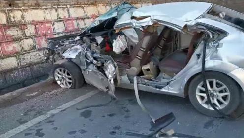 云南文山发生3车相撞致1死3伤 一小车车头被撞粉碎