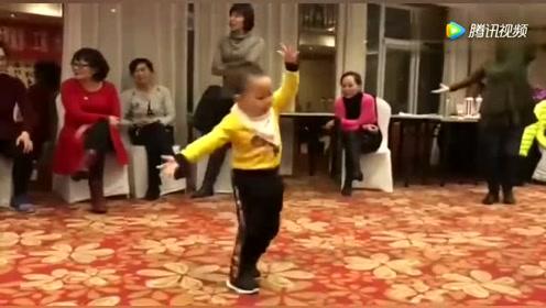 四岁男童被奶奶带跑偏,音乐一响跳起舞来,小身板扭的逗乐众人