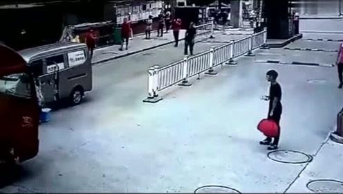 """妈妈觉得孩子跟在身后很安全,可没想到孩子突然杀个""""回马枪"""""""