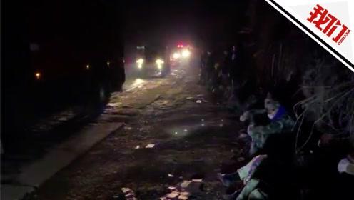 千余人连夜扑救佛山山火范围正缩小 救火队员累倒在路边