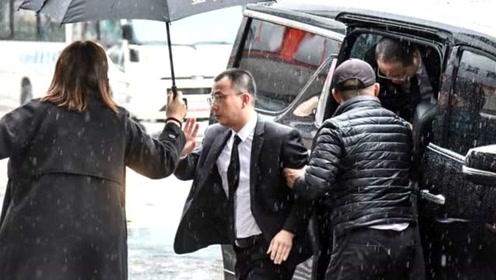 曝浙江卫视代表现身高以翔灵堂吊唁 现身九分钟便离开