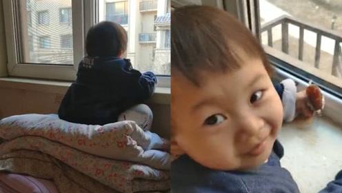爸爸不让3岁女儿看电视,孩子趴窗台1小时没动,走近后爸爸惊呆