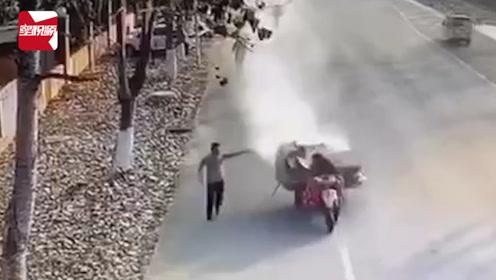 """""""巧了""""!大爷开""""火车""""驶过消防队,消防员奔跑拦截灭火"""