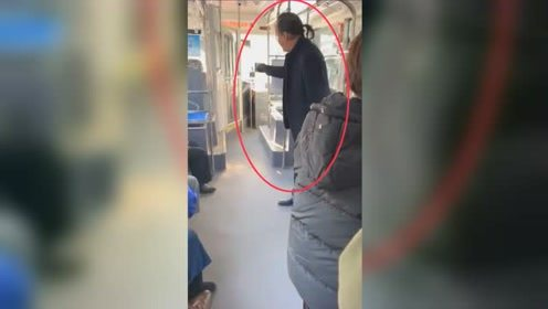 老人打烂公交刷卡机辱骂司机 竟还扣留整车乘客