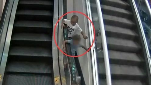 监控曝光!3岁男孩扶梯边玩时被卡住 被带到6米高处后摔落身亡