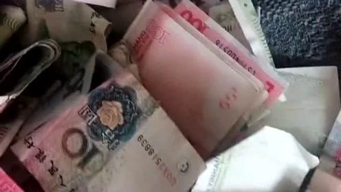老妈不小心给我的存钱罐打碎了,这下好了,都被老妈装包里去了!