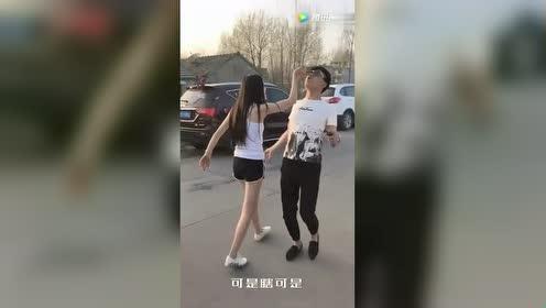姑娘大街上摔倒!小伙子的做法真的是很暖心啊!