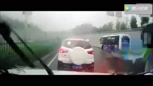 惊吓!两辆小车迎面相撞!冲击力太震撼了!