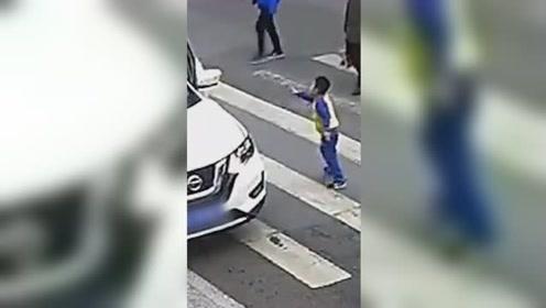 母子俩斑马线上被撞倒 小男孩的反应很暖心