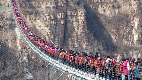 """一大批游客挤上玻璃桥,桥面突然""""破裂"""",不少游客瞬间懵了!"""