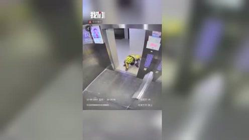 外卖小哥赶时间送餐 一个动作逼停电梯