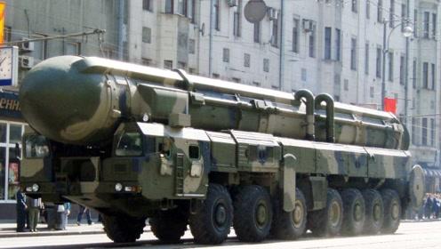 50吨核弹亲遇早高峰,汽车太多水泄不通,交警部队出动都束手无策