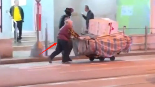"""港警护送推车大妈从暴徒围堵的街头走出 网友斥""""黄媒"""":为何不报道"""