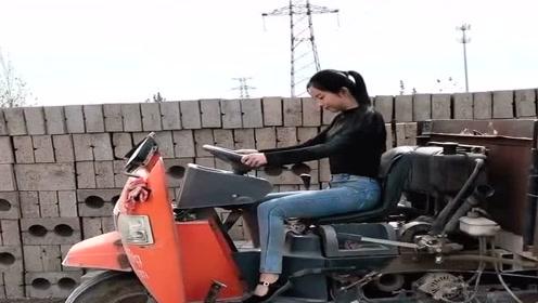 农村小姐姐太能干 了,连这种农用三轮车都会开,靠能力吃饭!