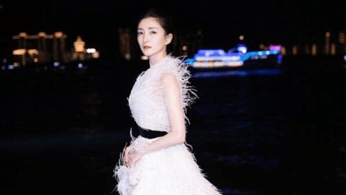 江疏影白色羽毛裙出席活动,红唇搭配白皙肌肤,现实版白雪公主