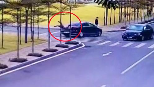 女子过斑马线瞬间被甩尾小车撞飞 监控拍下可怕一幕