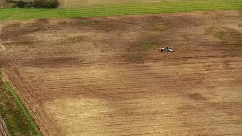 波兰农民使用上世纪生产的农机干活,URSUS拖拉机牵引收割机