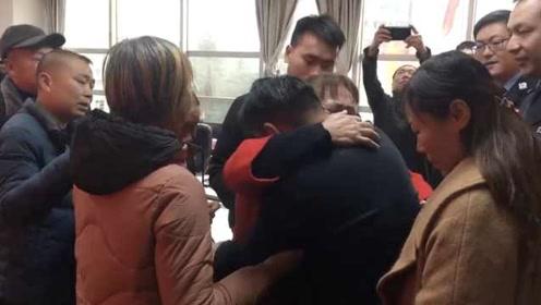 卖春卷夫妇儿子3岁时街头被拐,31年后重逢多了4个孙