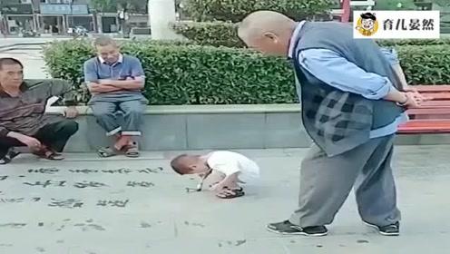 小宝宝街头写毛笔字,旁边的老爷爷看呆滞,看到字的那一刻服了