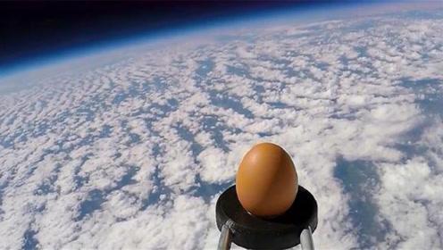 老外把鸡蛋送入高空,鸡蛋会有什么变化?意想不到的画面被拍下