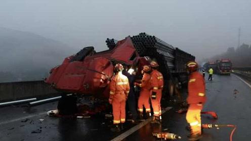 雾雨天京昆高速广元段3挂车追尾,33吨钢管削平车头