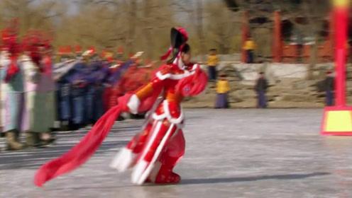 心机女为复宠费尽心思,一袭红衣惊艳亮相,宛若冰上飞燕翩翩起舞