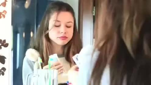 """恶搞:用彩色牙膏整蛊""""闺蜜""""!把厕所卫生纸换成迷你卫生纸!"""