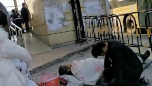 男子去年带病母街头乞讨,今年换成病父,见民警询问起身开溜
