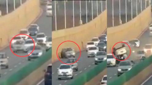 河北两司机斗气开车出车祸 监拍夏利撞桥体后失控 无辜尼桑被撞翻