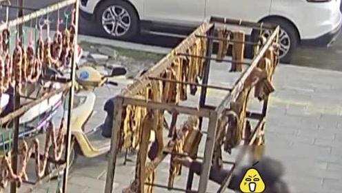 男子偷餐馆50斤腊肉香肠:肉太贵舍不得买