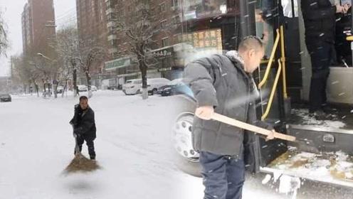 点赞!残疾大叔给公交清雪16年:帮别人自己快乐