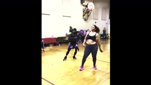跳舞真的能减肥,看到这个女子打皱的皮能想像她当初有多胖