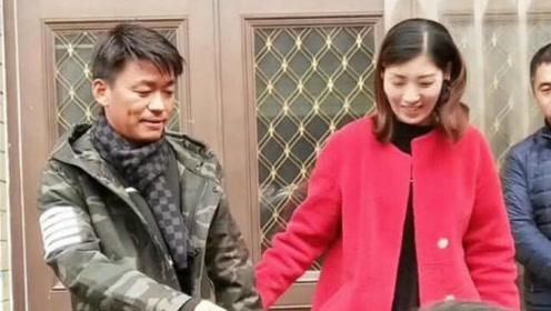 王宝强回乡过年开心与女同学亲密合影,未见儿子的身影
