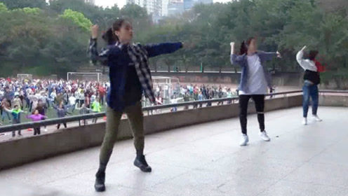 三位美女领操员在主席台上一跳成名 带领千名同学跳最潮课间操