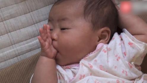 超乖的新生儿宝宝,吃着小手哄自己睡觉,真让妈妈省心!