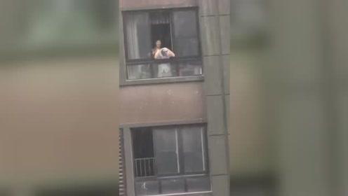 西安现瓢泼大雨 市民探出身子用雨水洗头