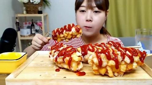 韩国吃播:文静小姐姐吃芝士热狗,配上满满的番茄酱看的直流口水!