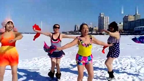大妈穿泳衣冰面热舞 大爷们看了都鼓掌了!