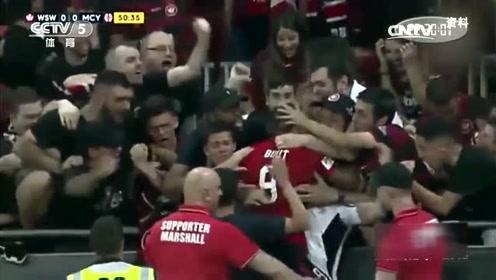 球员进球后和球迷疯狂庆祝,不知道裁判判进球无效