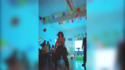 新年晚会才知道班花跳舞这么好看,台下全是尖叫