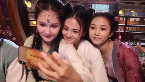 赵本山女儿分享古装美照,与同剧女演员同框,她的眼睛大得惊人