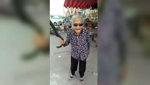 实拍:90岁的老奶奶跳舞,这心态再活90年都不成问题!